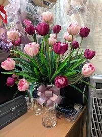 Bình hoa tulip vàng và hồng đậm 02