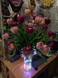 Bình hoa tulip vàng và hồng đậm 04